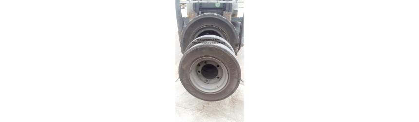 Thay mới lốp đặc 300-15 Komachi và 700-12 Dunlop cho xe nâng 4.5 tấn TCM FD45T9 tại Hải Phòng T1/2019